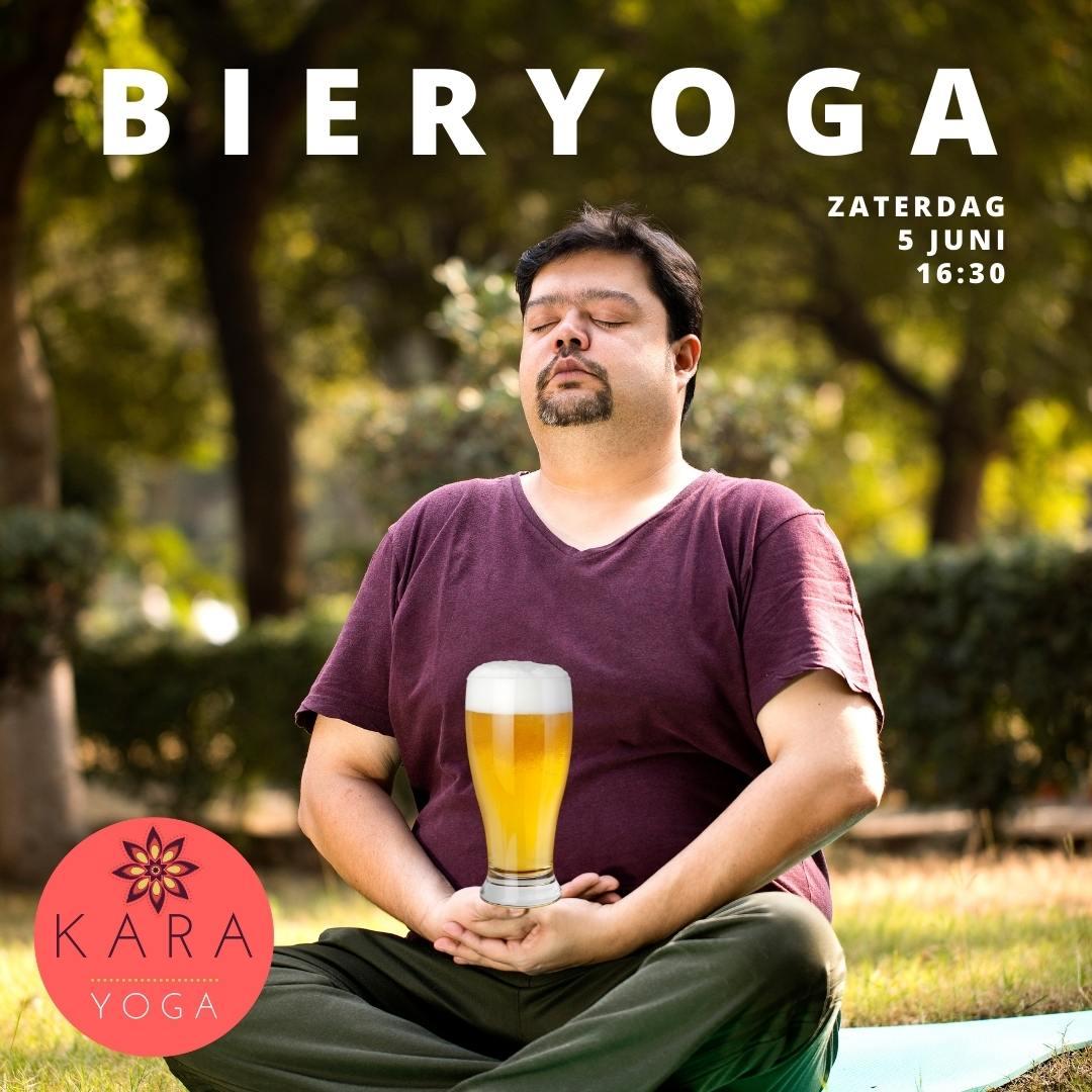 Man doet yoga en heeft glas bier